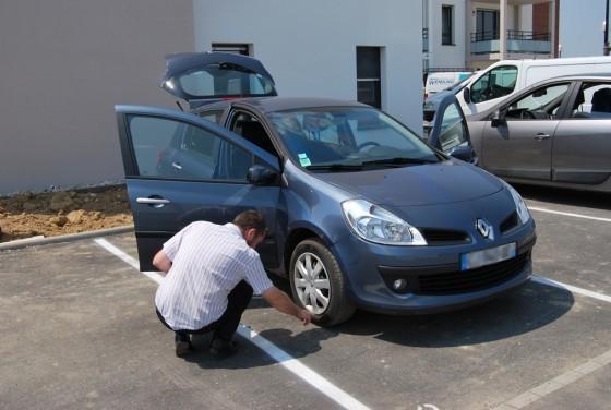 Michel vérifie que les pneus ont bien la dimension d'origine et s'ils ne sont pas usés ou en mauvais états.