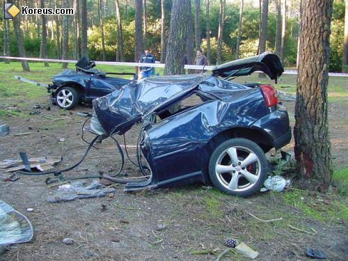 Accident violent d'une ancienne Audi A3, dû à un excès de vitesse. L'Audi A3 est coupée en 2 suite au choc.