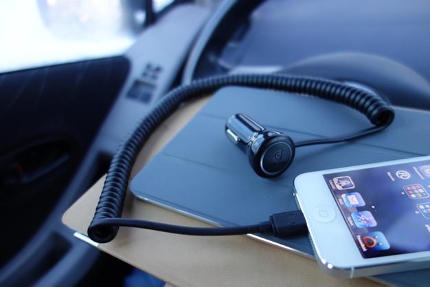 Comment recharger son téléphone portable dans sa voiture ?