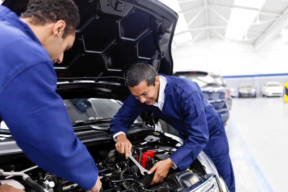 Centre automobile effectuant une révision sur une voiture