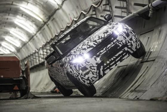 L'Evoque Cabriolet roule sur les parois du tunnel de 6,2m de diamètre