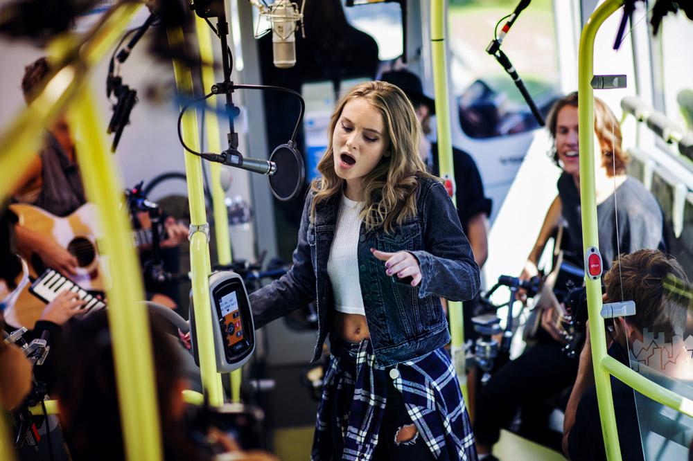 Live Zara Larsso dans un bus