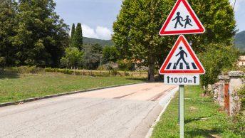 On se pose des questions sur les panneaux routiers