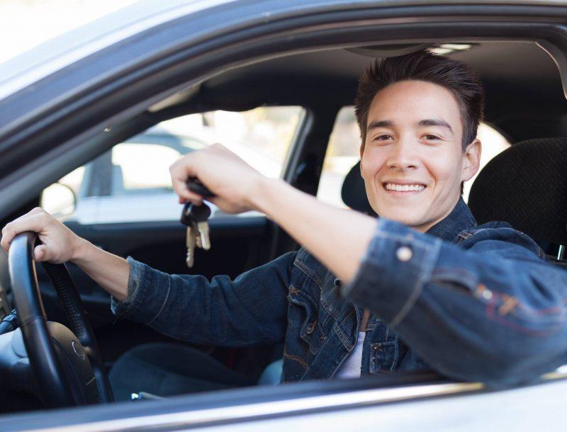 Un jeune qui s'inscrit au permis de conduire