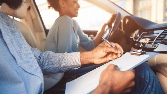 Une jeune femme en train de passer le permis de conduire